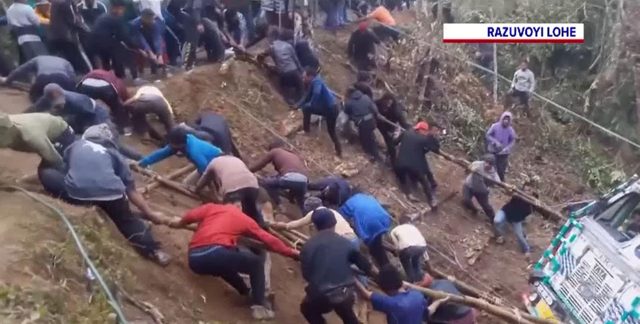 Operațiune de salvare inedită în India. Cum a fost scos un camion dintr-o râpă