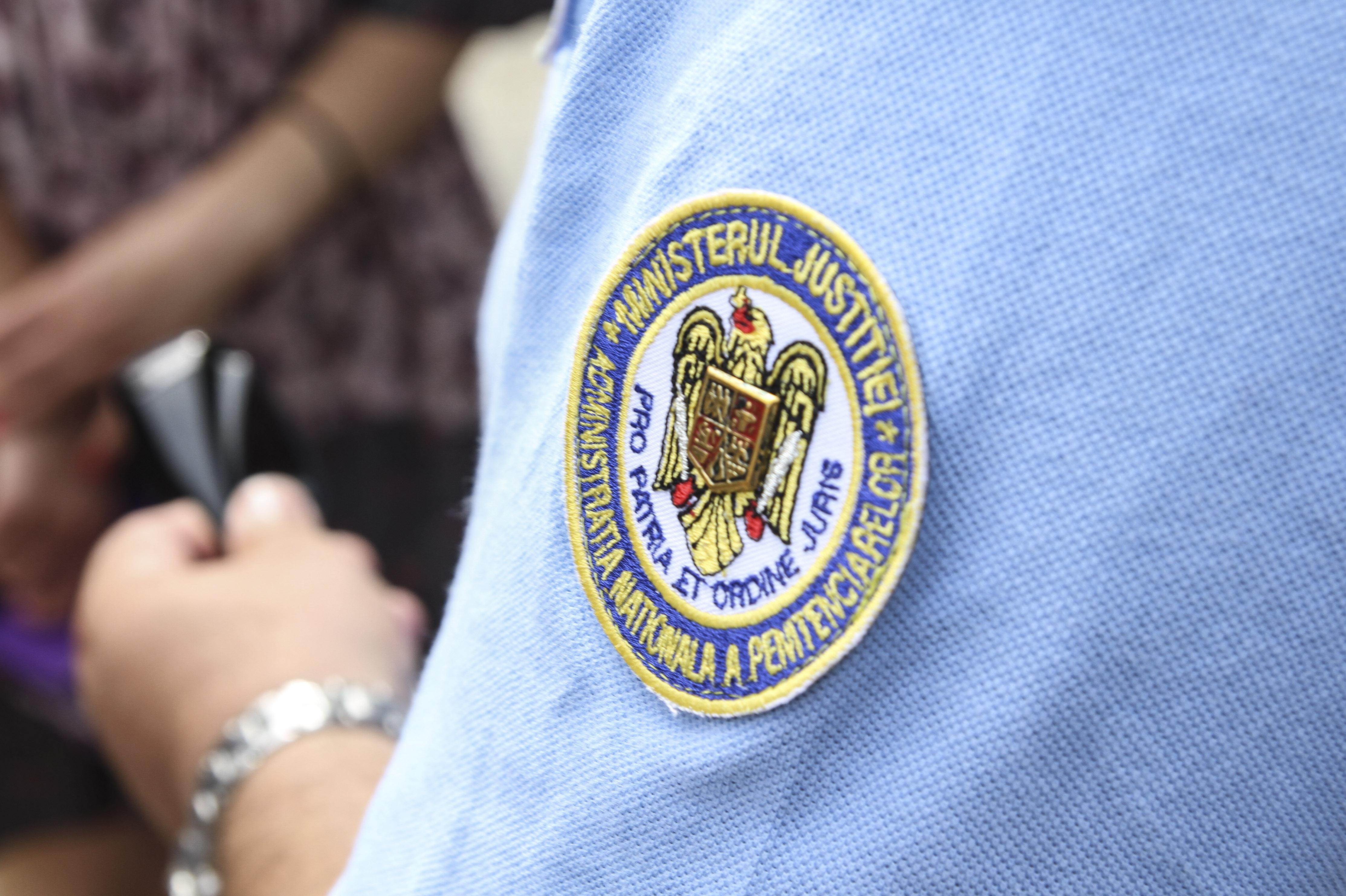 Agent de la Penitenciarul Poarta Albă, reținut după ce a luat mită pentru ca un deținut să primească un parfum