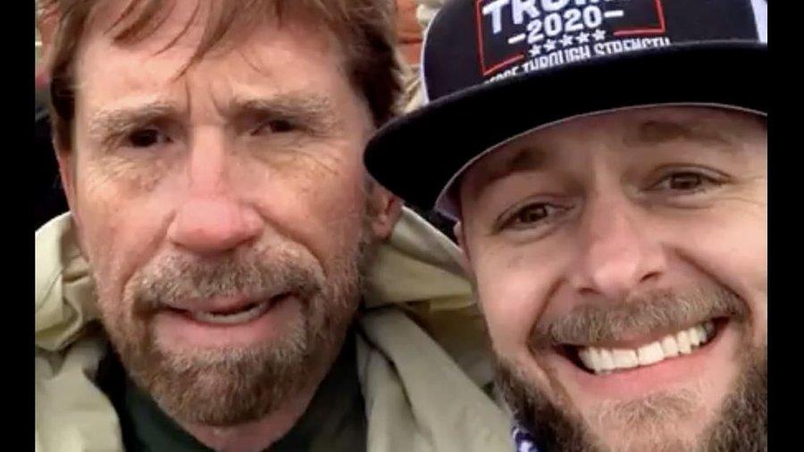 Chuck Norris, nevoit să dezmintă că ar fi luat parte la asaltul de la Capitoliu. Fotografia virală apărută pe internet