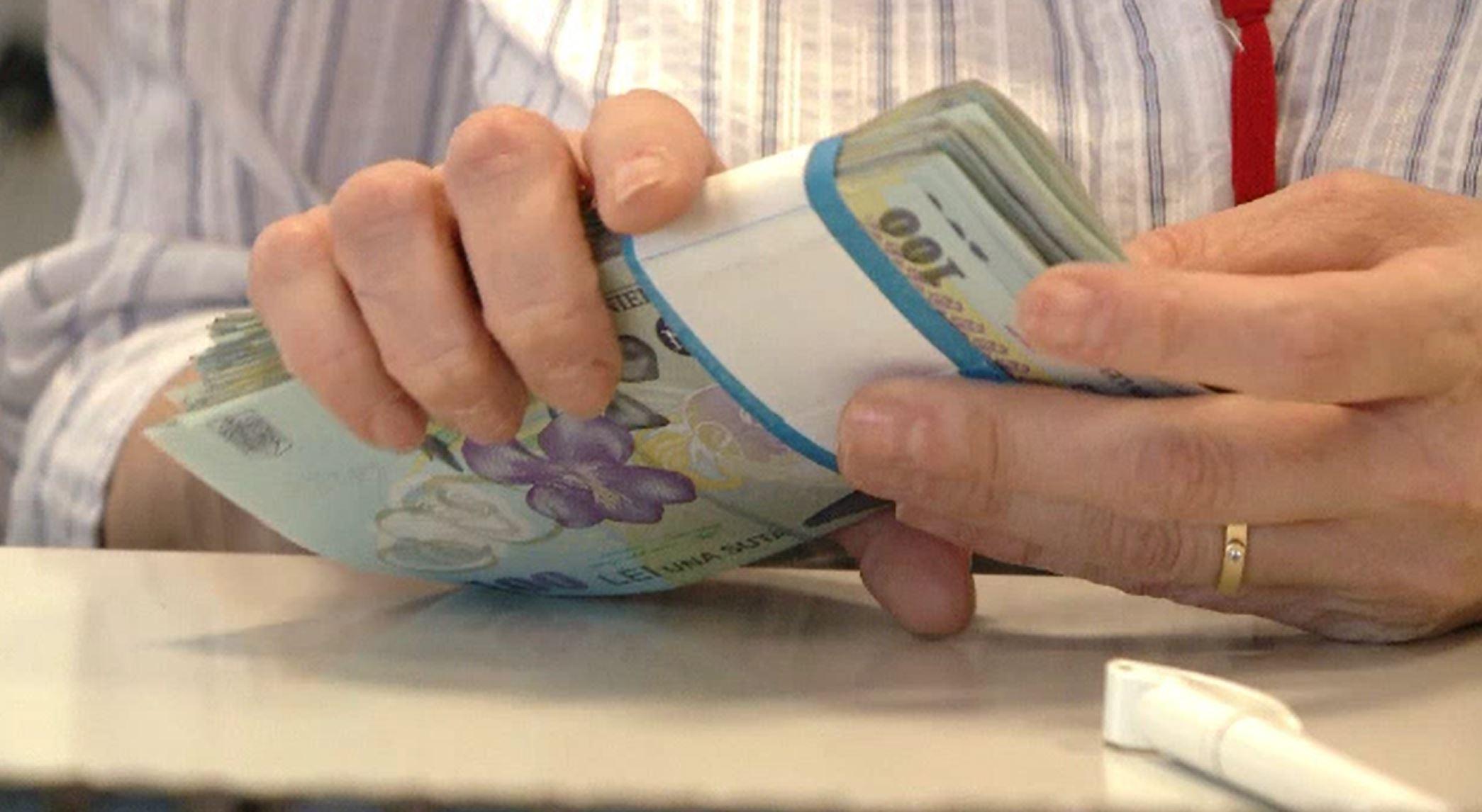 Crește salariul minim în România. Câți bani vor primi românii în plus