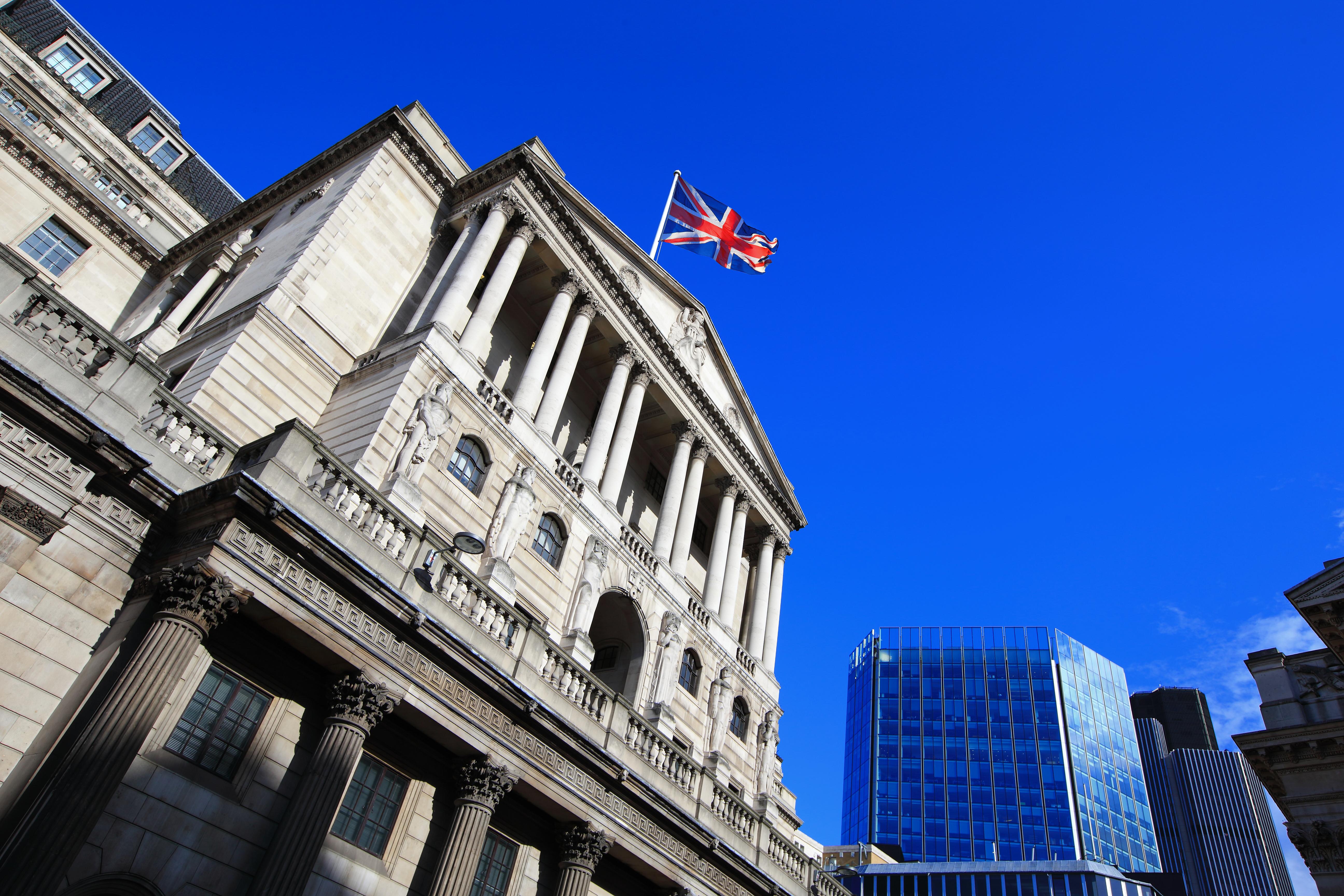 Clienții băncilor care refuză să poarte masca vor avea conturile lichidate. Măsuri fără precedent în Anglia