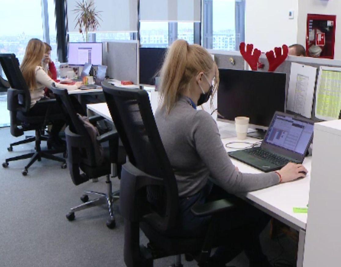 Sondaj: Aproximativ 60% dintre companii vor să îşi cheme angajaţii la birou în martie