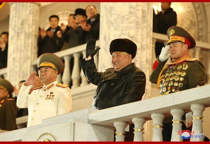 Paradă militară în Coreea de Nord cu prezentarea unui nou model de rachetă balistică