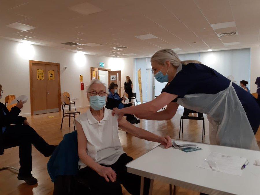 O femeie de 101 ani, supravieţuitoare a gripei spaniole, vaccinată împotriva maladiei COVID-19