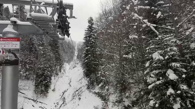 Aglomerație în stațiunile de schi, după ninsorile din ultimele zile. În weekend este așteptat un nou val de turiști