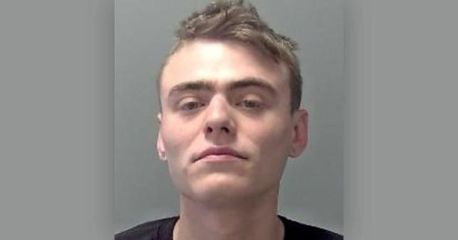 Un tânăr a tușit în fața unui polițist, după ce a fost întrebat dacă are simptome specifice Covid-19. Ce pedeapsă a primit