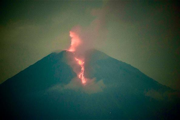 Vulcanul indonezian Semeru a început să erupă. Coloane de fum de până la 5.600 de metri. VIDEO