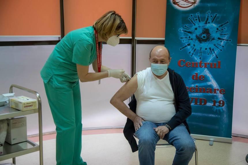 """Traian Băsescu s-a vaccinat împotriva Covid-19 la Spitalul Militar """"Carol Davila"""". FOTO"""