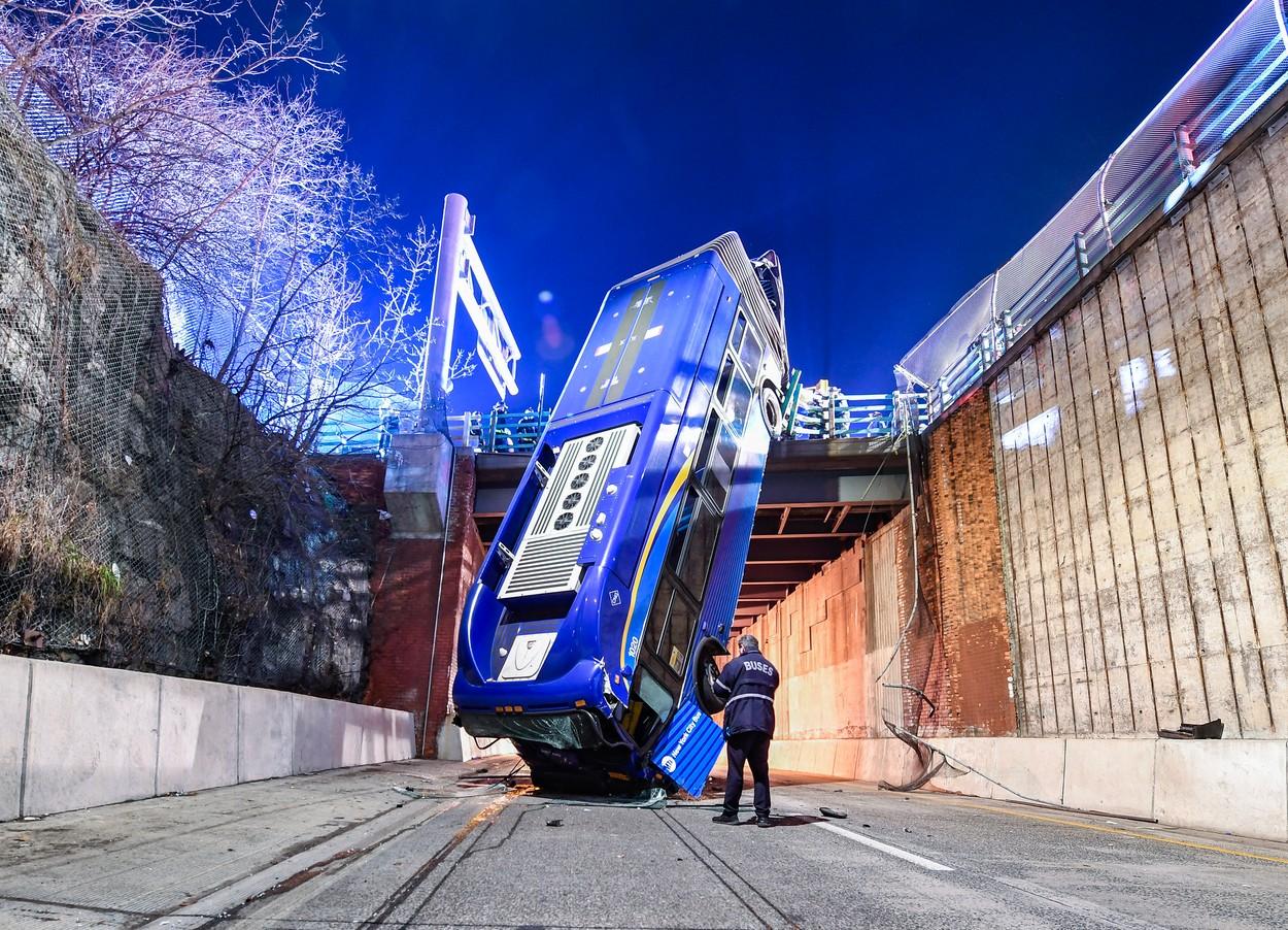 Imagini din filmele de acțiune. Un autobuz a căzut de pe o pasarelă, la New York. GALERIE FOTO