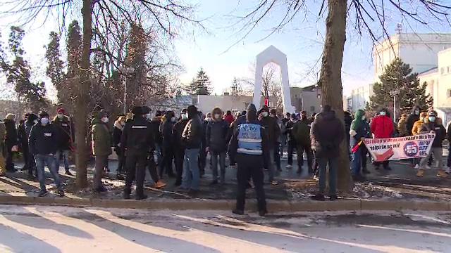 """Sute de oameni au protestat în Galați, nemulțumiți de majorarea impozitului pe autoturisme: """"O mutăm pe alt județ"""""""