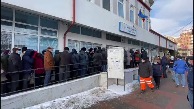 Sute de oameni, înghesuiți la coadă la Taxe și Impozite în Botoșani. Au intervenit forțele de ordine