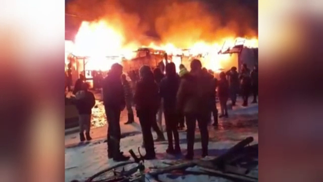 Două familii au rămas pe drumuri în plină iarnă, după ce flăcări violente le-au înghițit casele