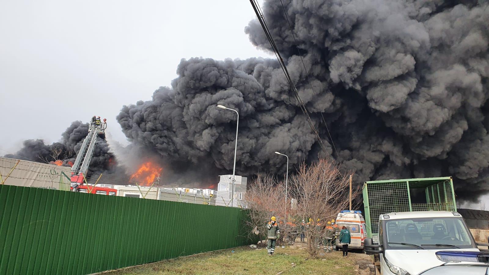 Incendiu puternic în Buzău, unde o hală a fost cuprinsă de flăcări. Populația, avertizată printr-un mesaj RO-ALERT