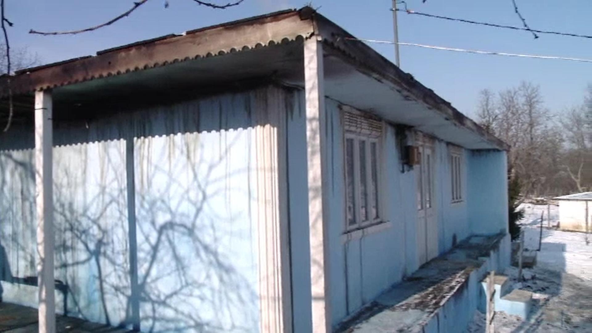 Acoperișul casei în care trăia bătrân de 91 de ani, mistuit de flăcări. Gestul de solidaritate al sătenilor