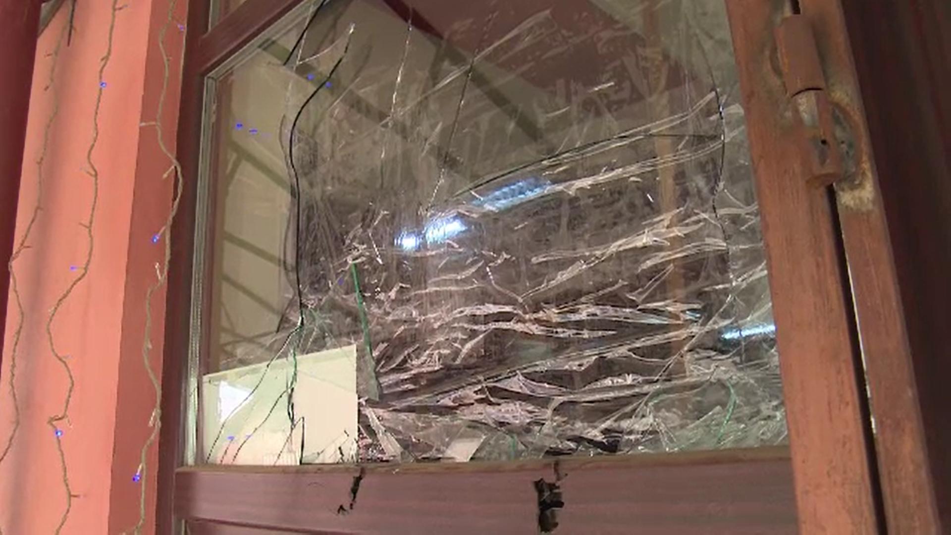 Un individ a spart cu toporul geamurile unui magazin din Dâmbovița