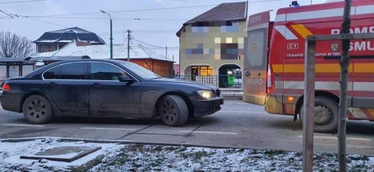 Ambulanță SMURD care prelua un bolnav in comă, blocată de un BMW