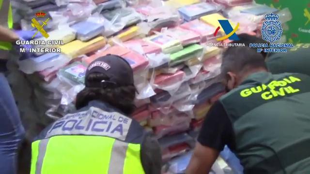 Două tone de cocaină, descoperite în containere cu saci de cărbuni în Spania. Cum ascundeau traficanții banii