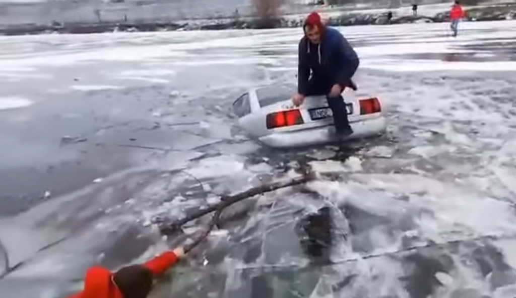 VIDEO. Un bărbat a spart gheața cu mașina, de Bobotează. Autovehiculul s-a scufundat