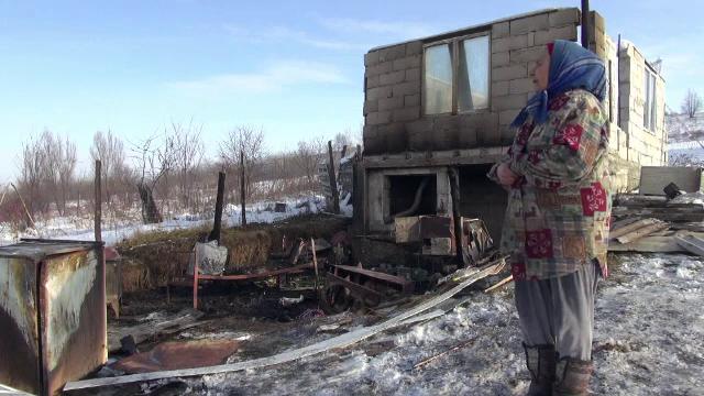 Un bărbat din Neamț și-a dat foc la casă după ce a încercat să-și incendieze soția. De la ce a pornit totul