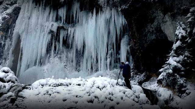 Cascada de la Vidra, din Munții Apuseni, o minunăție a naturii. Peisajul amintește de basmele cu palate din cleștar