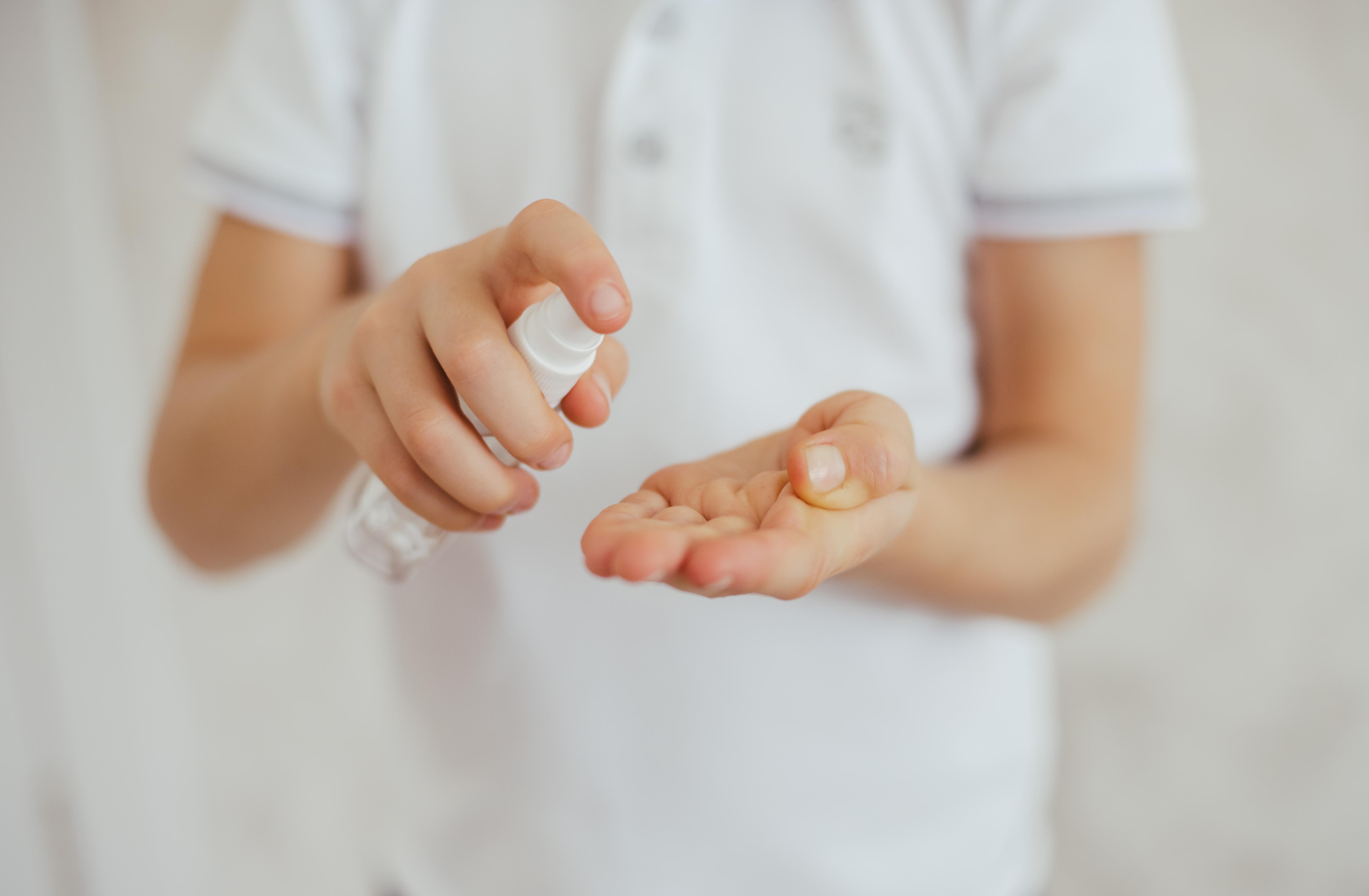 Dezinfectantul pentru mâini, pe bază de alcool, un pericol pentru cei mici. Ce trebuie să știe părinții