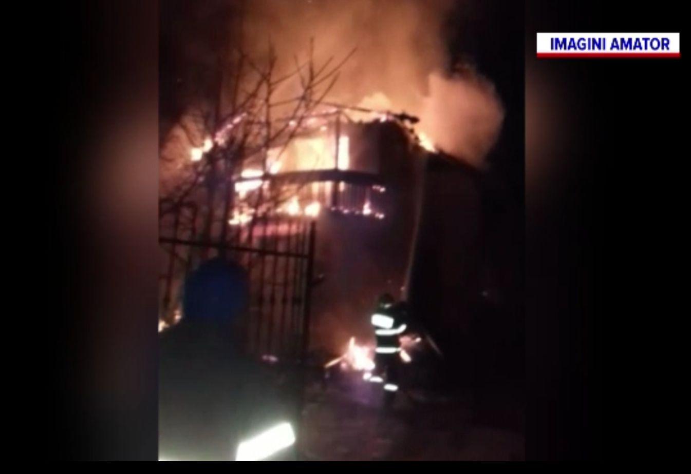 Incendiu la Cluj, din cauza unui coș de fum. Pompierii au reușit să-i oprească extinderea