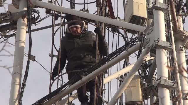 Un bărbat s-a urcat pe un stâlp, nemulțumit că nu se poate angaja după ce a fost la închisoare