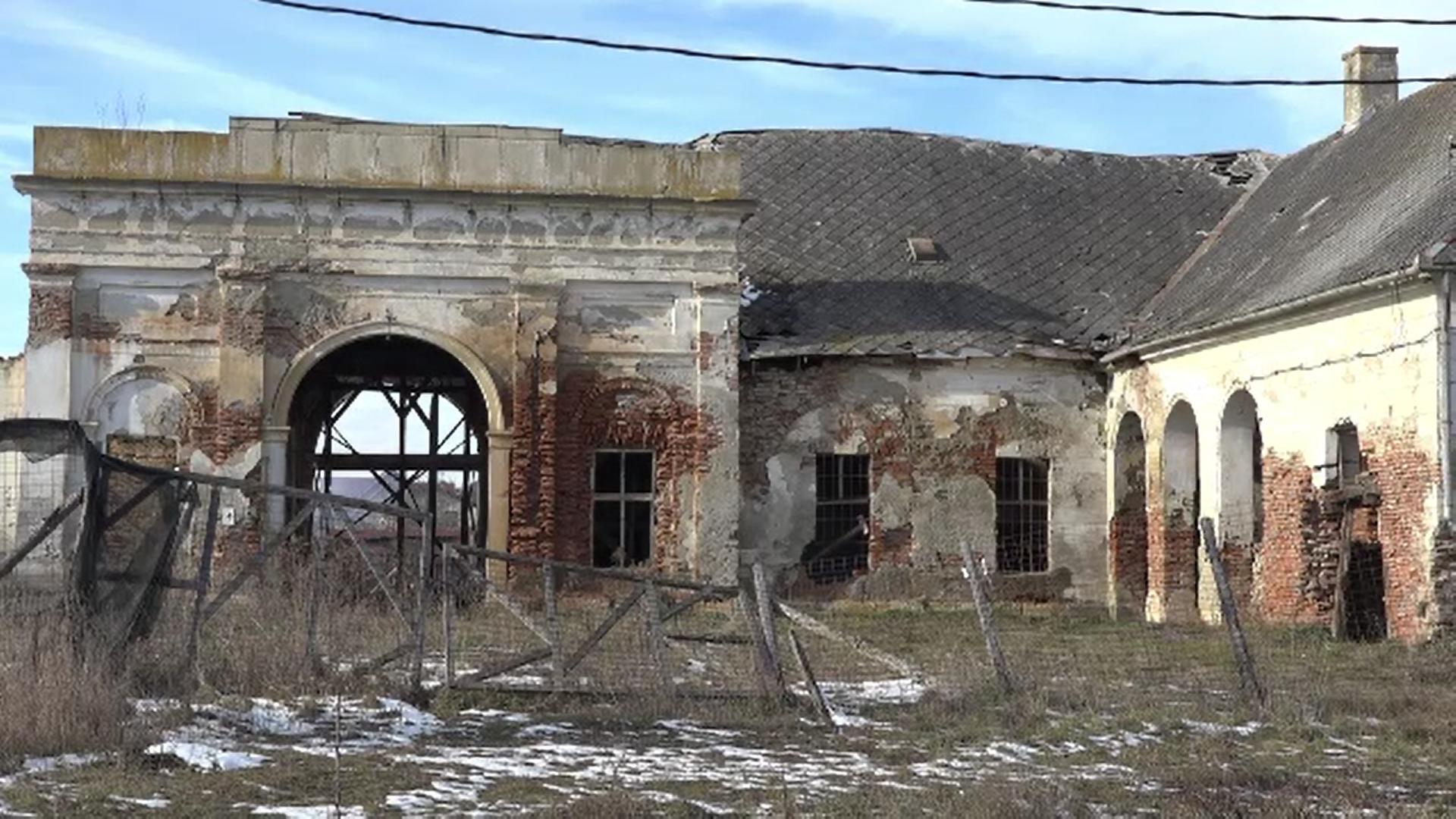 Mai multe conace din Mureș, cumpărate și reabilitate de autorități, sunt redate oamenilor