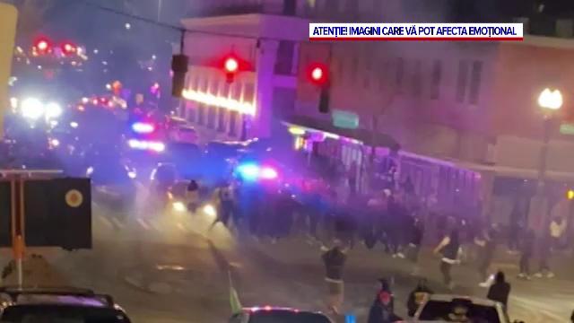 VIDEO. O mașină de poliție a intrat într-un grup de oameni și a rănit mai multe persoane