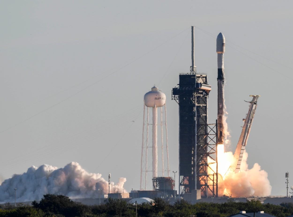 Număr record de sateliţi plasați de SpaceX pe orbita Pământului