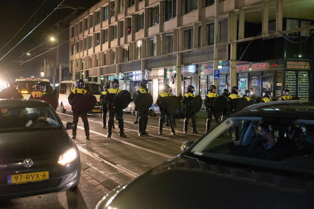 A treia noapte de violenţe în Olanda, după impunerea restricțiilor de circulație