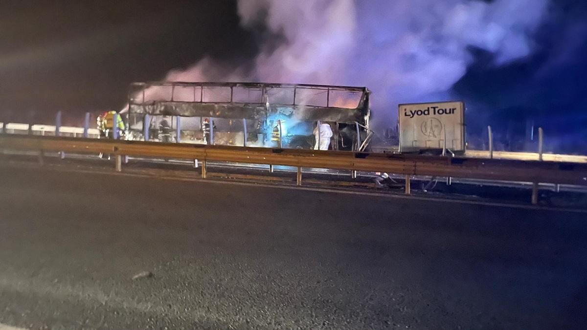 Un autocar în care se aflau 44 de pasageri, mistuit de flăcări pe A1. Nimeni nu a fost rănit