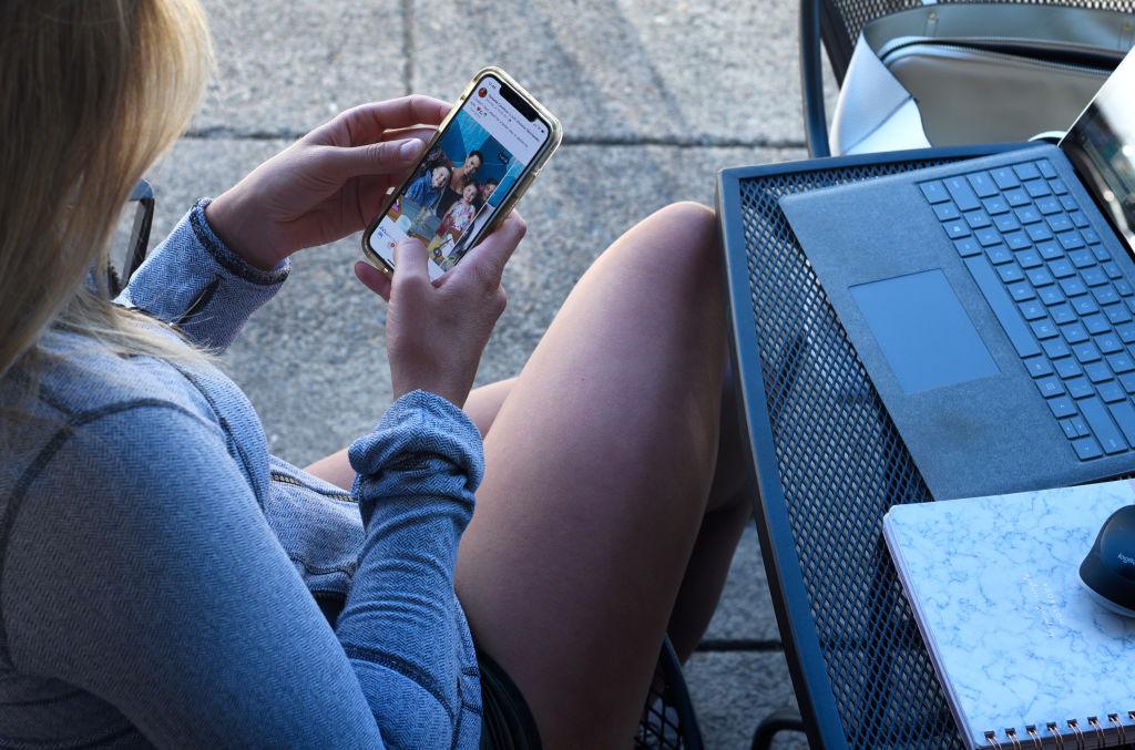 Un vasluian şi-a reclamat la poliţie iubita cu 30 de ani mai tânără, pe care a cunoscut-o pe Facebook