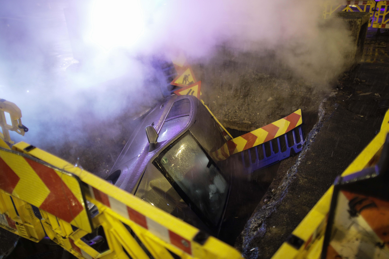 Accident pe o stradă din Capitală. O mașină s-a răsturnat într-o groapă a RADET. GALERIE FOTO
