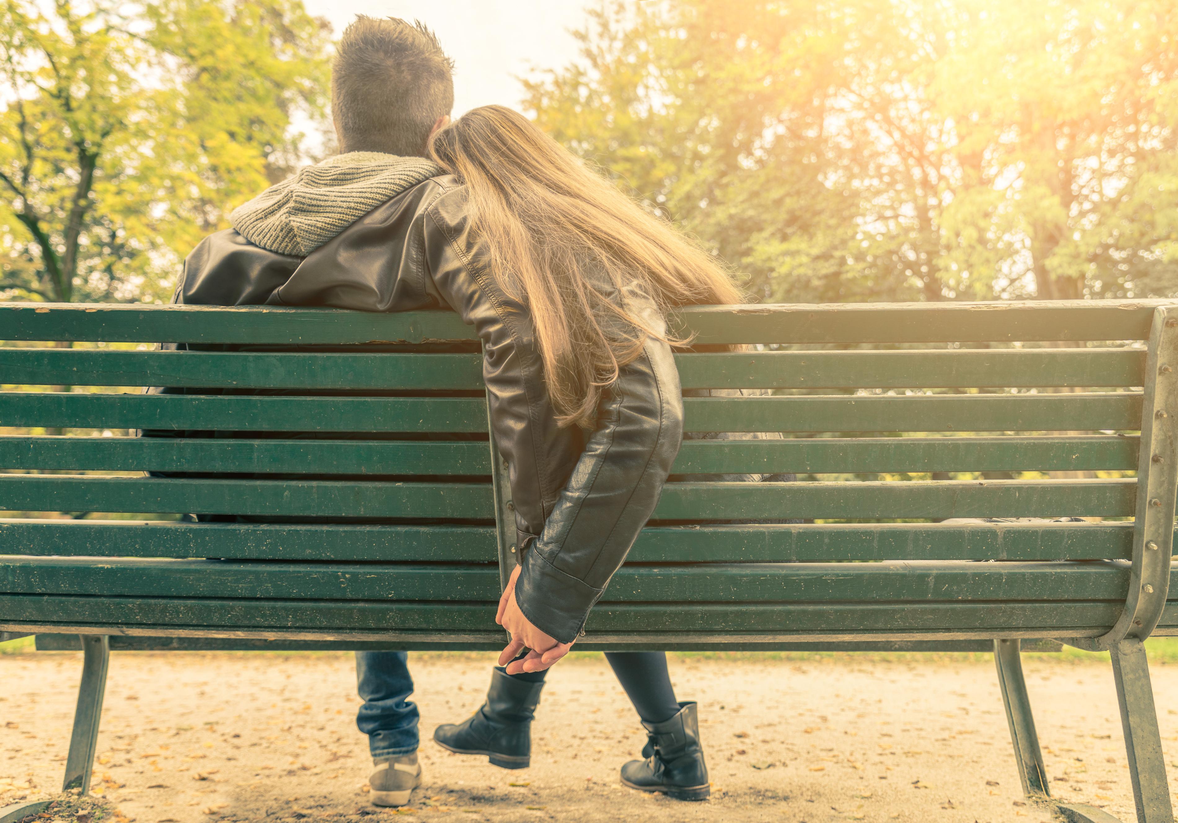 Un polițist local din Ploiești a amendat 2 adolescenți pe care i-a surprins sărutându-se în parc