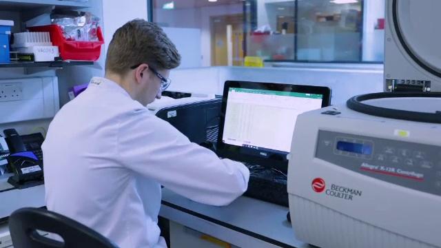 UE somează AstraZeneca să livreze vaccinurile produse în două fabrici din Marea Britanie