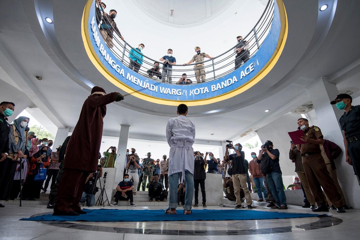 Un cuplu gay a fost biciuit în Indonezia. Fiecare a primit 80 de lovituri de baston