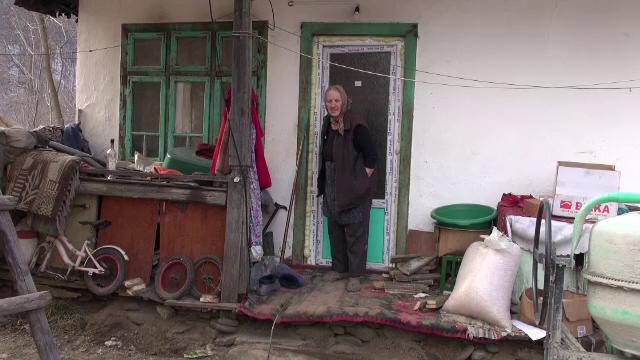 Gest de omenie. Casă nouă pentru o bătrână din Bacău care își crește singură nepotul cu 140 lei pe lună