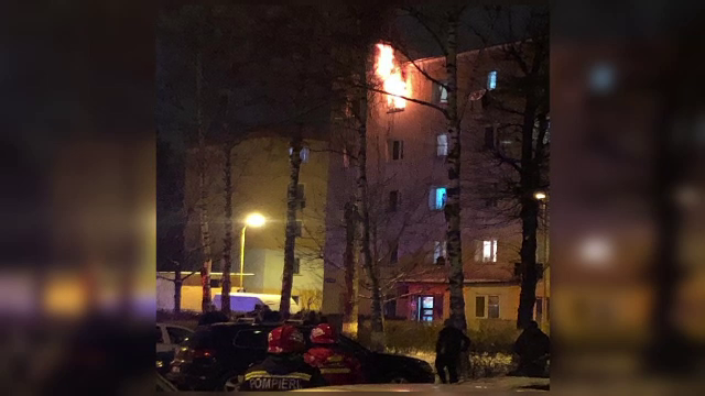 Incendiu puternic într-un bloc din Brașov. Un bătrân a murit și zeci de persoane au fost evacuate