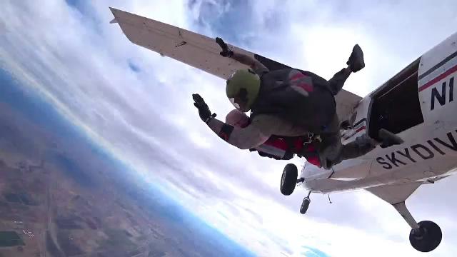Un bătrân de 100 de ani din SUA a sărit, pentru prima dată, cu parașuta. Cum a decurs experiența