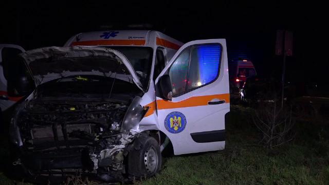 O ambulanță a fost spulberată pe o șosea din Vaslui. Două femei au ajuns la spital