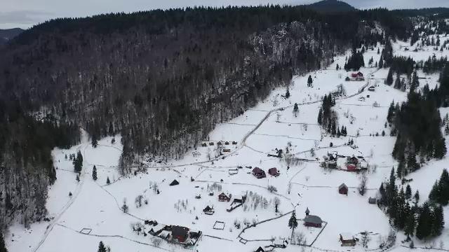Peisaje de poveste în Apuseni. Casa de Piatră, cătunul ascuns din munți în care mai trăiesc 12 familii
