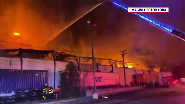 Incendiu de proporții la o fabrică de reciclare din SUA. Clădirea a ars ca o torță