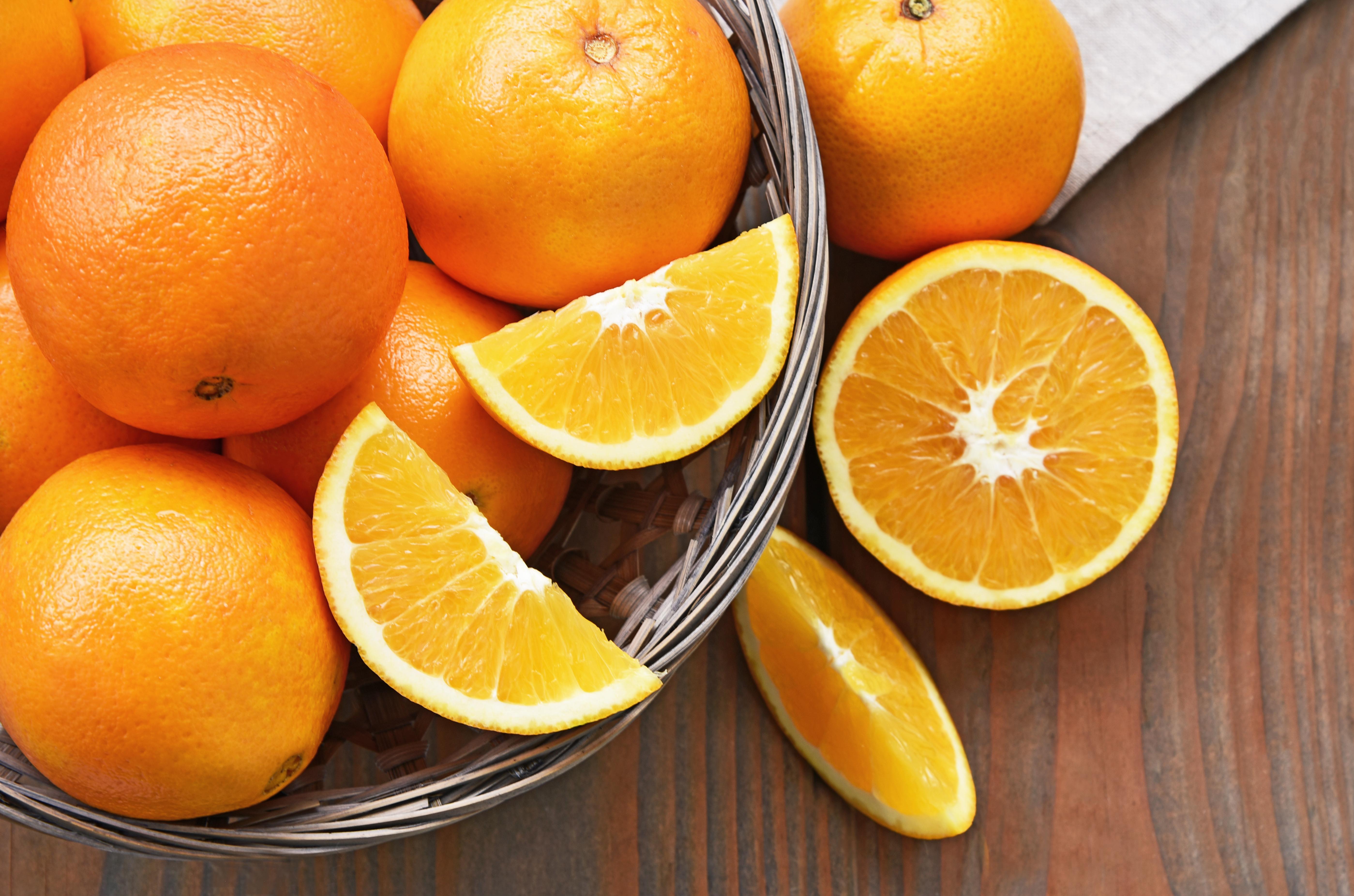 Motivul pentru care 4 bărbați au mâncat 30 de kg de portocale într-un aeroport. Ce au pățit