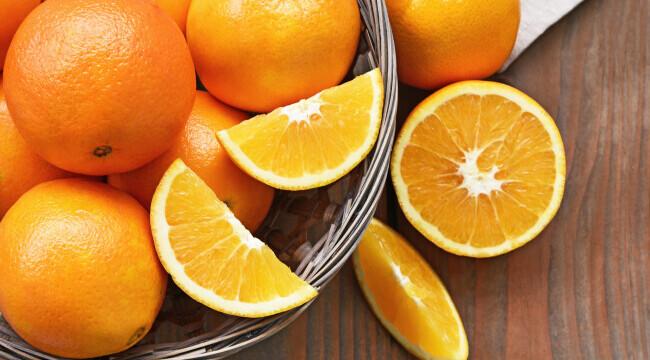 Motivul pentru care 4 barbati au mancat 30 de kg de portocale intr-un aeroport. Ce au patit dupa este incredibil
