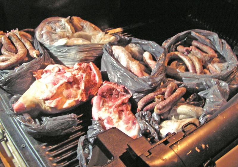 Carne plina cu viermi, la promotie intr-un hipermarket din Oradea