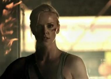 Charlize Theron rupe barbatii in bataie! VIDEO