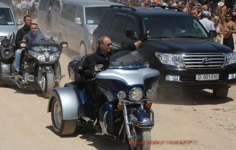 Am trait s-o vedem si pe-asta! Vladimir Putin, calare pe un Harley Davidson