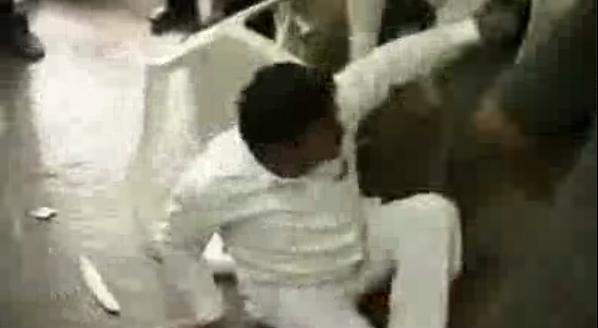 Democratie de partid: Politician indian lovit cu scaunele de colegii sai
