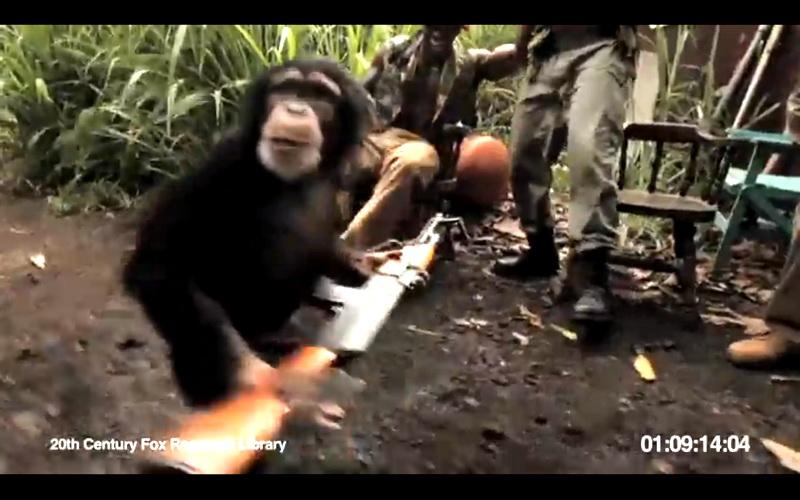 O maimuta trage cu mitraliera AK-47 intr-un grup de soldati care radeau de ea. VIDEO